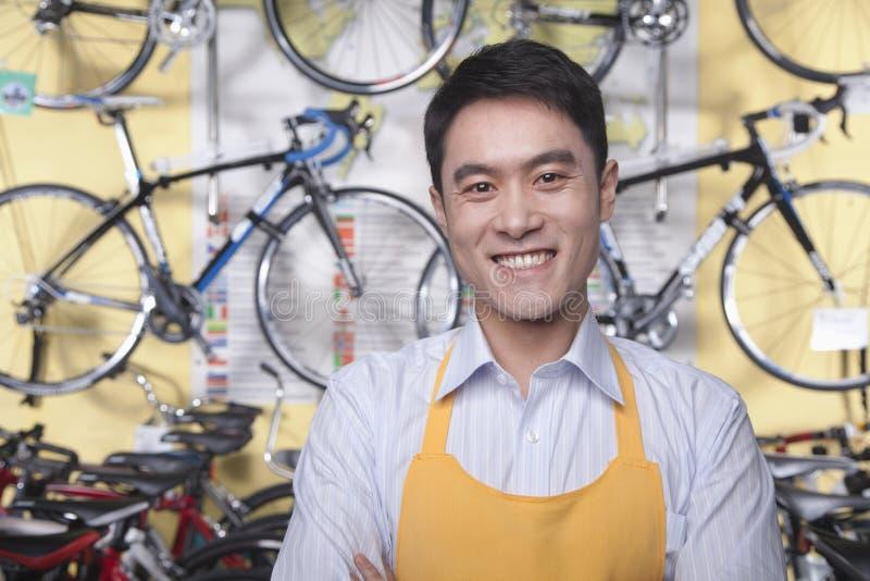 年轻男性技工画象在自行车商店,北京 免版税库存图片