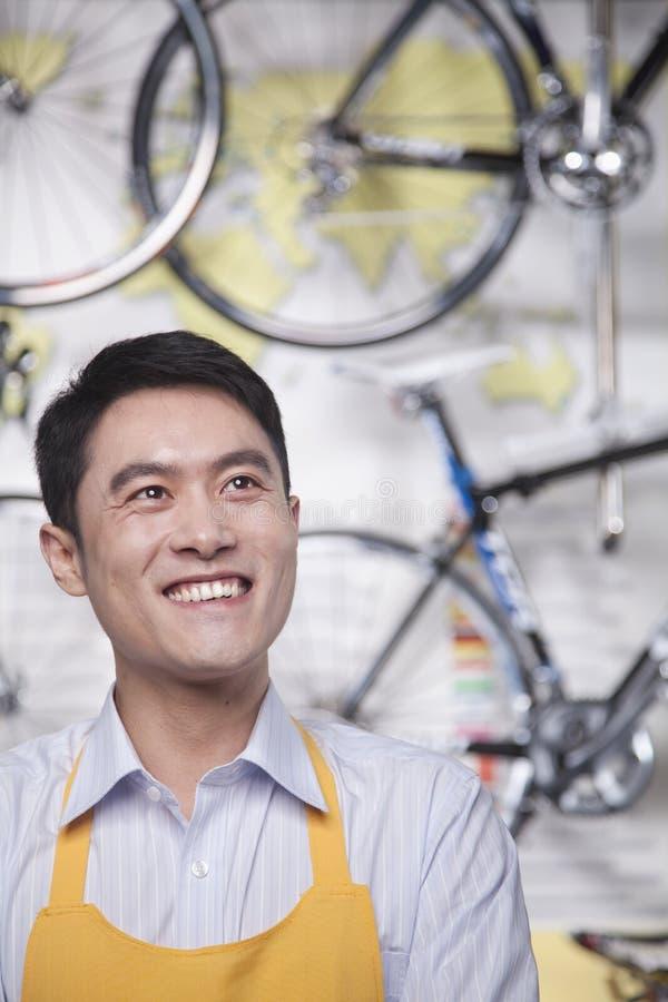 年轻男性技工画象在自行车商店,北京 免版税图库摄影