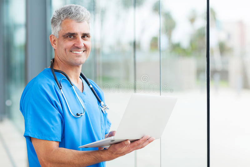 男性护士膝上型计算机 库存图片