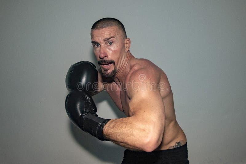 男性拳击手欧洲人,当攻击时 免版税库存照片