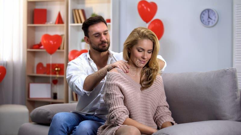 男性按摩的夫人脖子,有的夫妇爱抚,庆祝情人节 库存照片