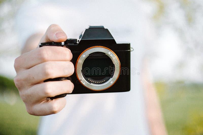 男性摄影师拍摄与他的照相机 免版税库存照片
