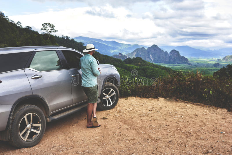 男性旅客在美好的亚洲风景和高山看  图库摄影