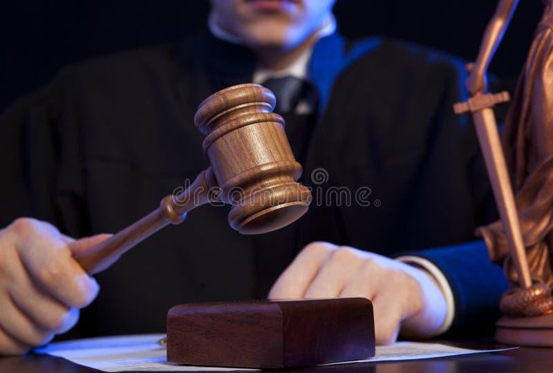 男性法官在碰撞惊堂木的法庭 免版税库存图片