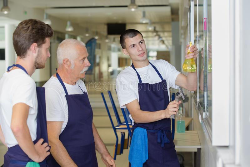 男性清洁队清洁布告牌 库存图片
