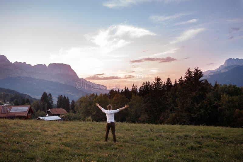 男性游人举了他的手反对阿尔卑斯山背景在法国夏慕尼勃朗峰 库存图片