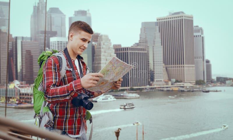男性游人学习城市吸引力地图  免版税库存图片