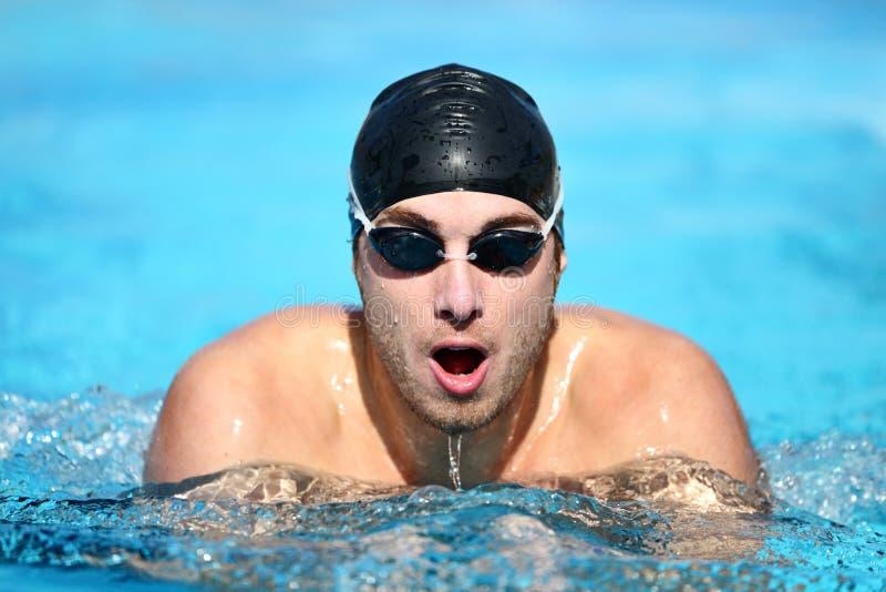 男性游泳者游泳 免版税库存照片