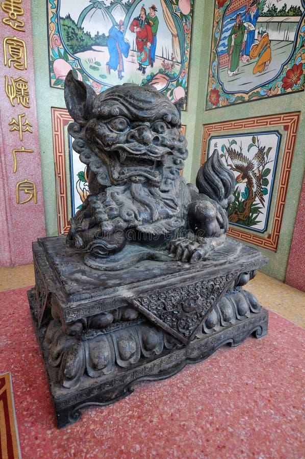 男性狮子雕象用中文祀奉,泰国 库存图片