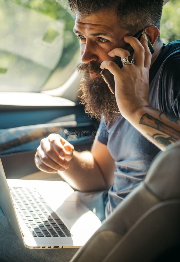 男性理发师关心 有胡子的人 出租汽车 在路的交通堵塞 时间 汽车结转您的加油站 有髭的残酷白种人行家 库存图片