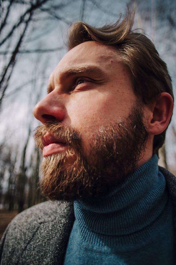 男性画象 非常惊奇面孔 或许从惊奇 普遍眼睛和嘴 : 有a的残酷时髦的人 免版税库存图片