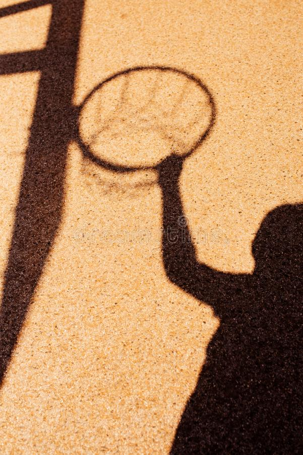 男性篮球运动员的阴影灌篮姿势的 免版税图库摄影