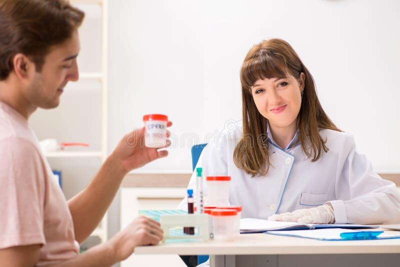 男性精液捐款人参观的诊所 免版税库存图片