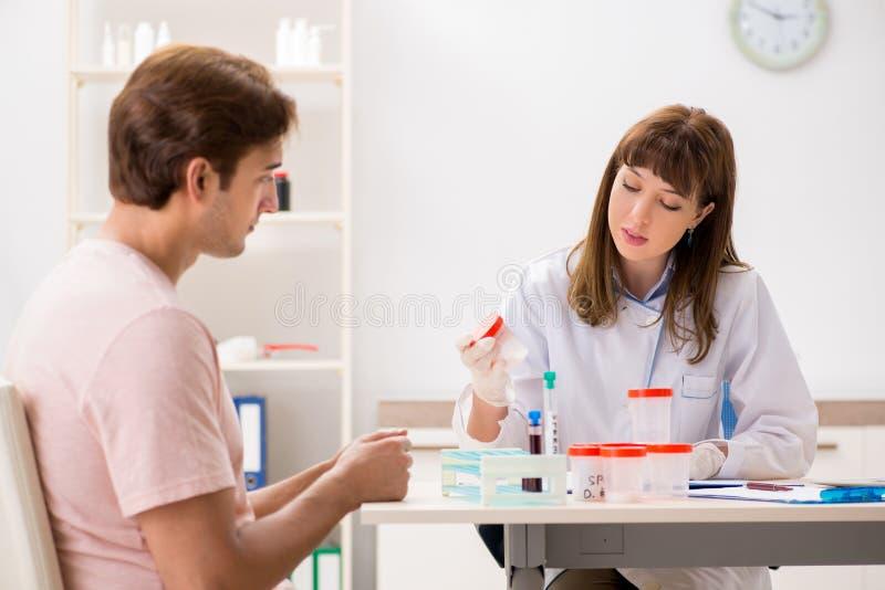 男性精液捐款人参观的诊所 免版税库存照片
