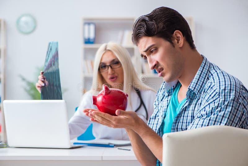 男性耐心恼怒对昂贵的医疗保健法案 免版税库存图片