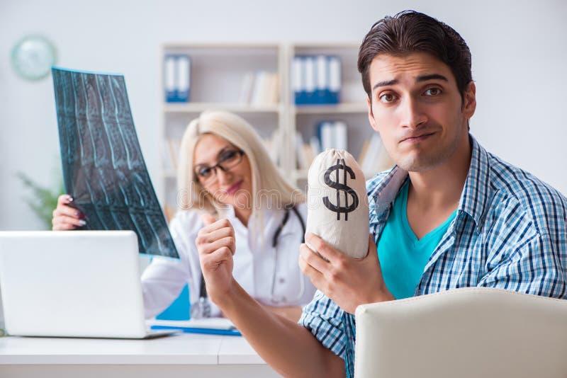 男性耐心恼怒对昂贵的医疗保健法案 库存照片