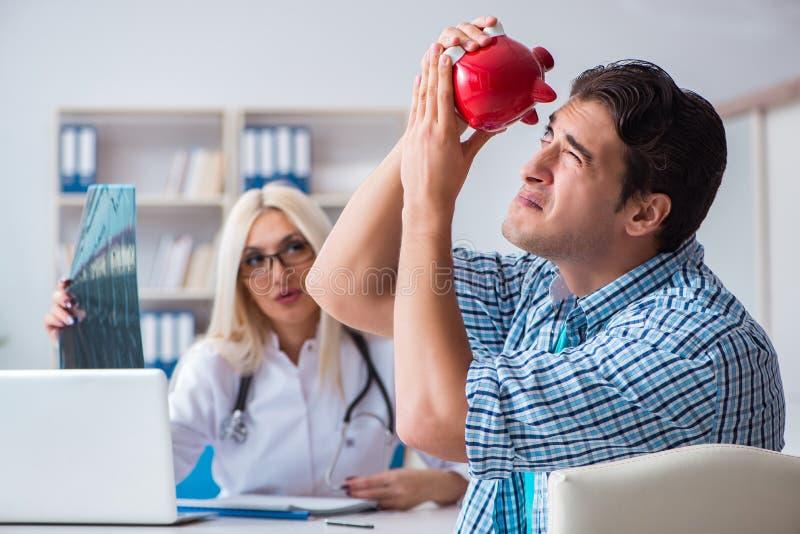 男性耐心恼怒对昂贵的医疗保健法案 免版税图库摄影