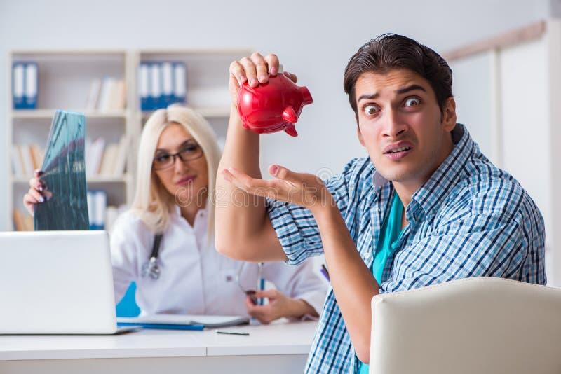 男性耐心恼怒对昂贵的医疗保健法案 免版税库存照片