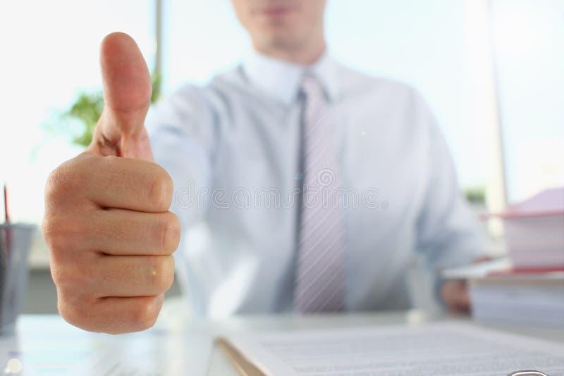 男性胳膊展示OK或证实在期间 免版税图库摄影