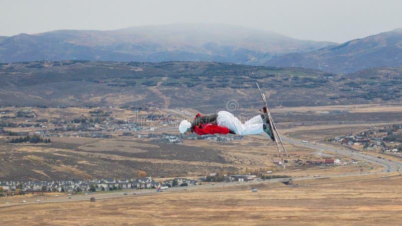 男性自由式滑雪者飞行通过在实践跃迁期间的空气 库存照片