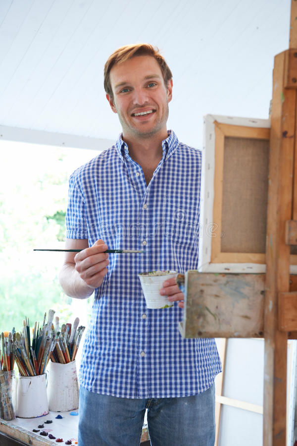 男性艺术家绘画画象在演播室 图库摄影