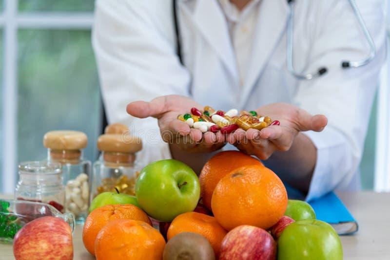 男性营养师提出新鲜食品和果子 免版税图库摄影