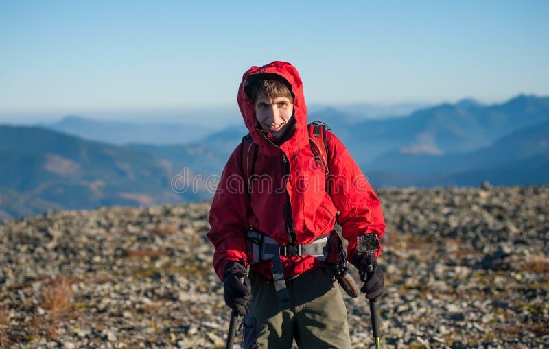 男性远足者画象在山的上面的 免版税图库摄影