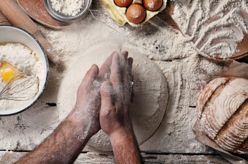 男性面包师准备面包 库存图片