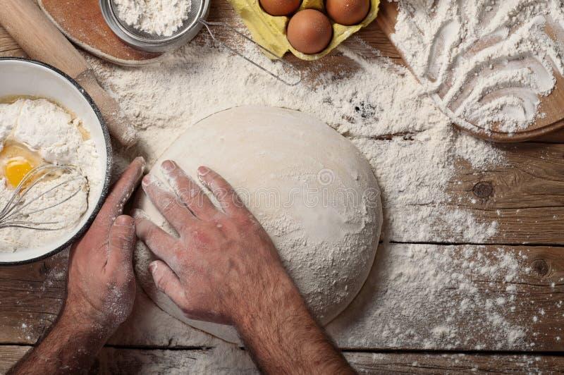男性面包师准备面包 库存照片