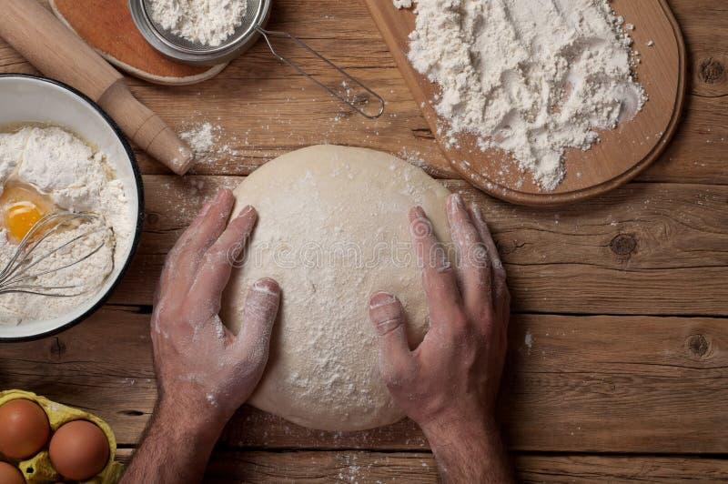 男性面包师准备面包 免版税库存照片