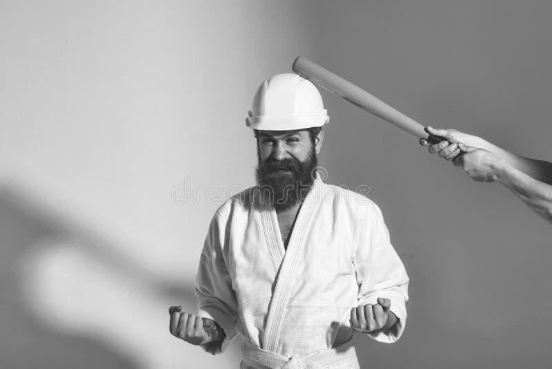 男性面孔 影响男孩的问题 和服的,与棒球棒的盔甲有胡子的愉快的空手道人 免版税库存照片