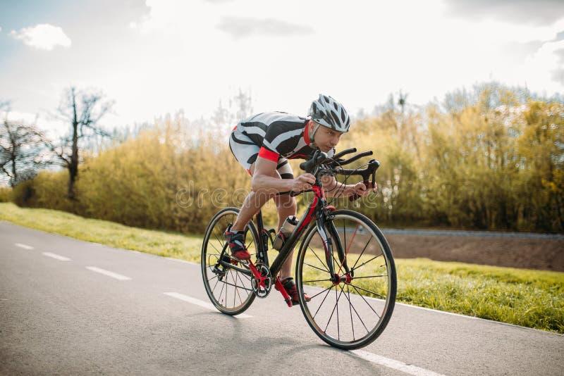男性骑自行车者在自行车,正面图乘坐 免版税库存照片