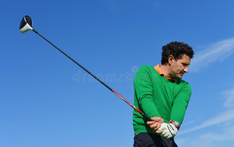 男性高尔夫球摇摆在一美好的天 库存图片