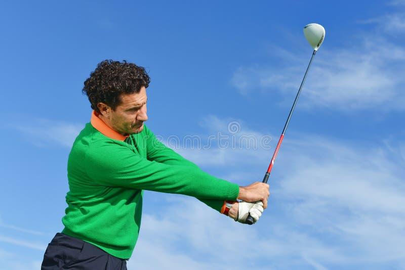 男性高尔夫球摇摆在一美好的天 免版税图库摄影