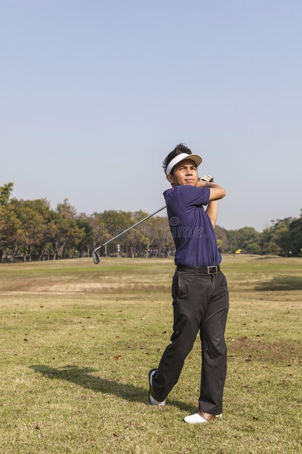 男性高尔夫球运动员摇摆的高尔夫球 图库摄影