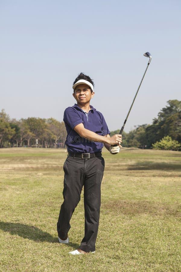 男性高尔夫球运动员摇摆的高尔夫球 库存照片