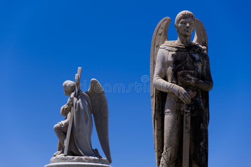 男性,天使雕象在公墓 免版税库存照片