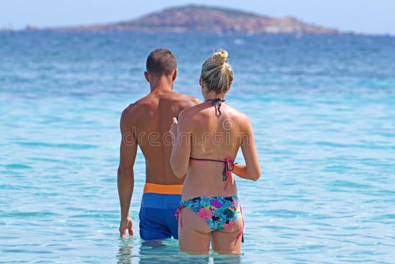 男性,马尔代夫- 2015年6月15日:夫妇在看在热带海滩的海放松天际在晴天 免版税图库摄影