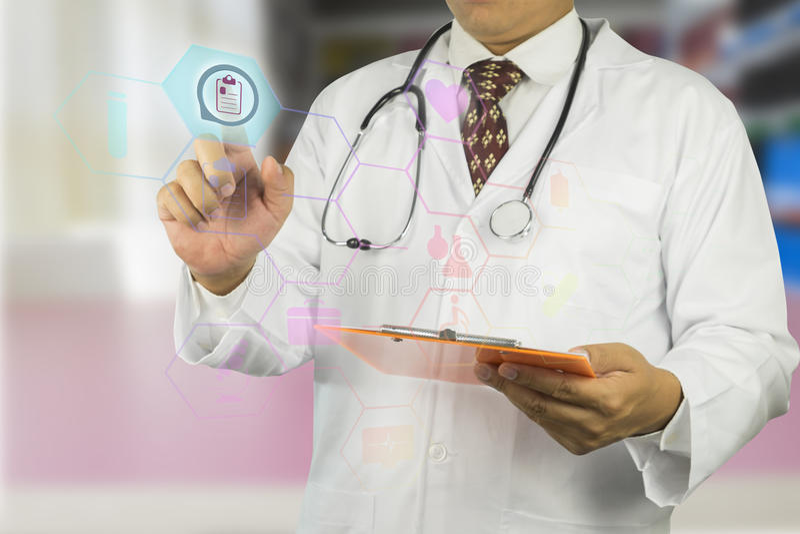 男性医生与听诊器一起使用 免版税库存图片