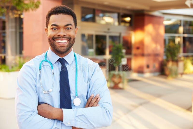 男性医生Standing Outside Hospital画象  库存图片