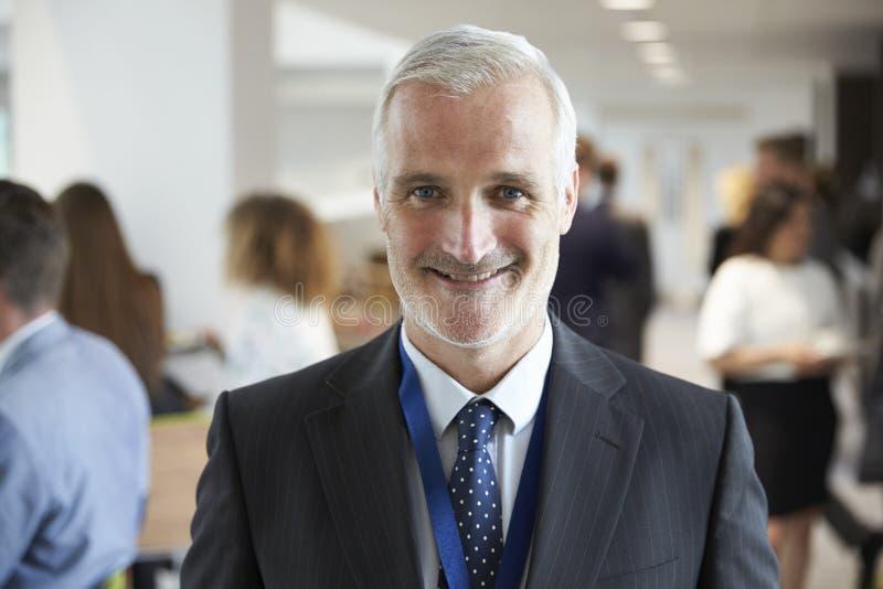 男性代表画象在断裂期间的在会议 免版税库存图片