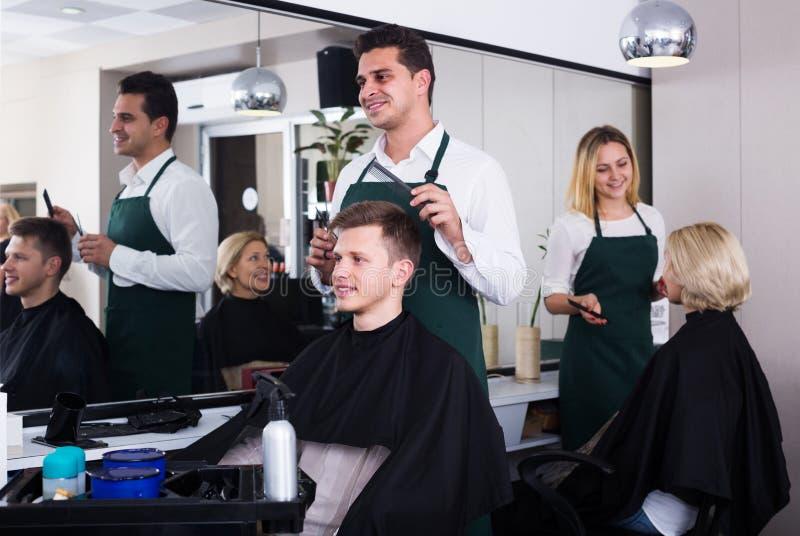 男性hairstyler服务少年 库存照片