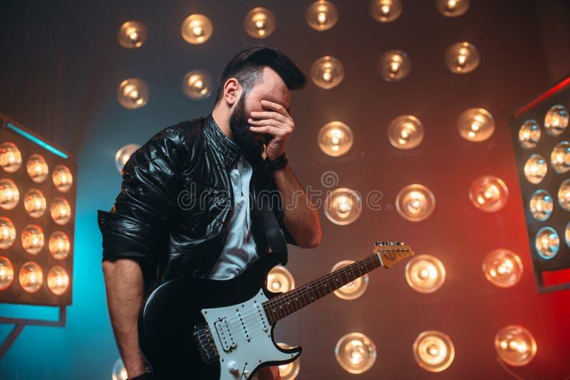 男性musican与电镀吉他独奏共同安排 库存照片