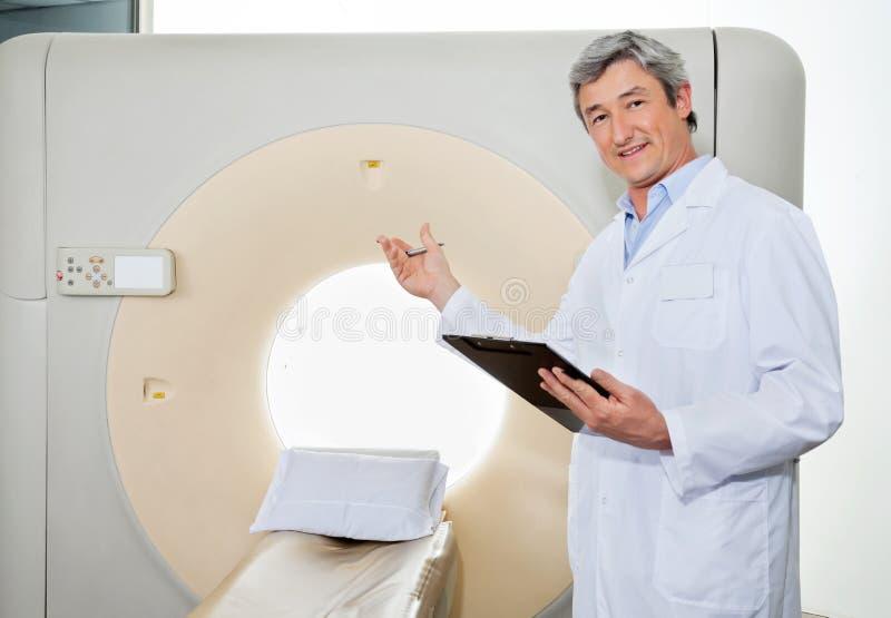 男性Presenting The CT Scan医生机器 图库摄影