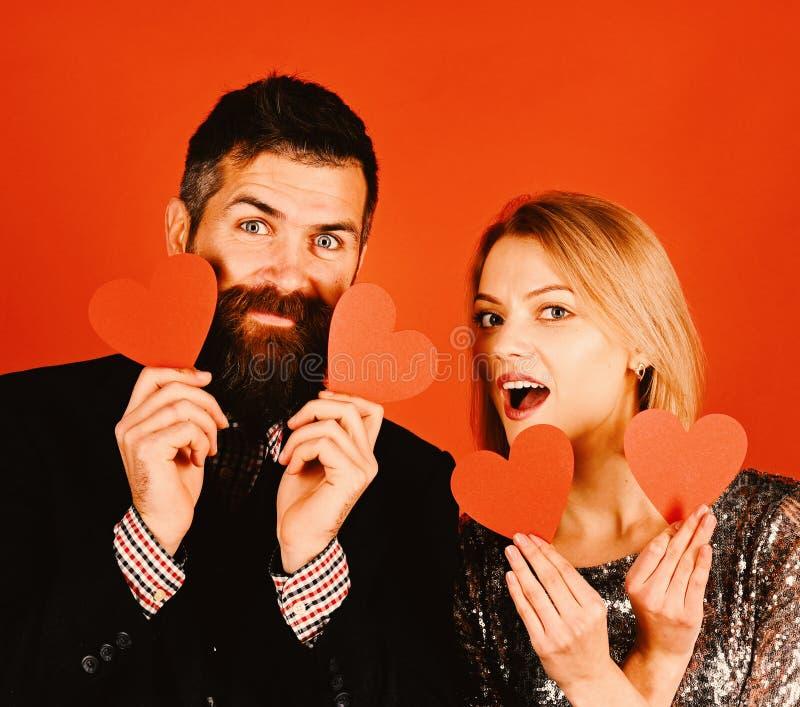 男朋友和女朋友有一个日期 爱和假日概念 免版税库存照片