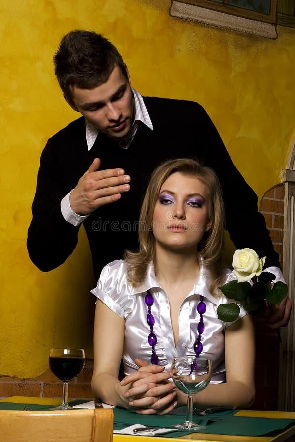 男朋友女孩他等待的年轻人 免版税库存照片