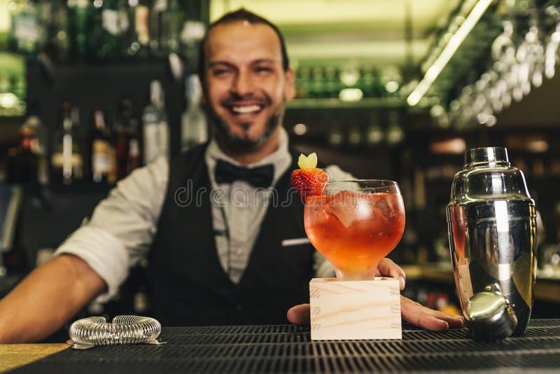 男服务员做鸡尾酒在夜总会 免版税库存照片