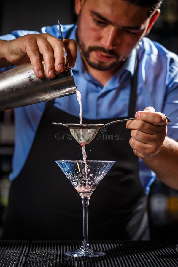 男服务员在工作 免版税库存图片