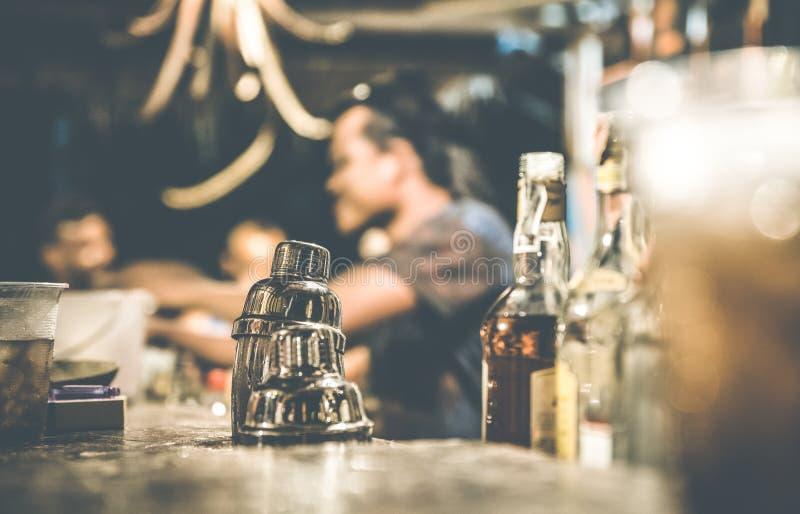 男服务员被弄脏的defocused侧视图鸡尾酒酒吧的 库存图片