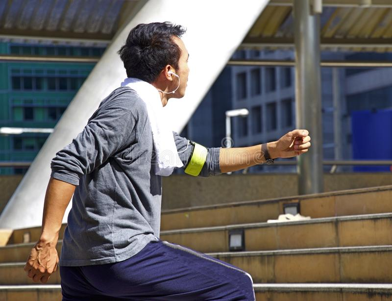 男服运动服是跑步和行使在城市 免版税库存图片